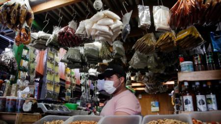 Продавач на основния пазар в Сантяго - Вега Сентрал, 8 април 2020 г.