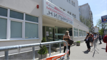 People queuing up in front of Pirogov Emergency Hospital's vaccination centre