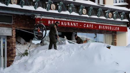 Австрийски войници разчистват снега от лавината, ударила хотел в курорта Рамзау.