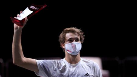 Саша Зверев с маска и трофей.