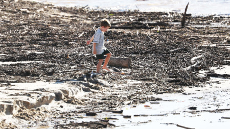 Дете си играе на плаж в Куинсланд, 24 март 2021 г.