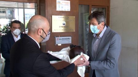 Посланикът на Северна Македония получи пластика на наранено сърце.