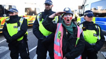 Протестиращ в Лондон имитира охраняващите го полицаи