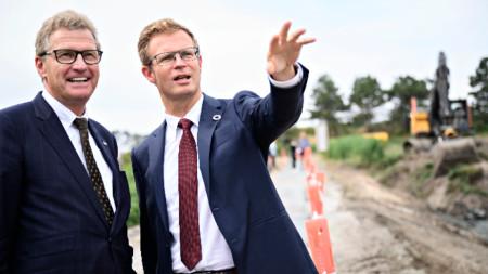 Датският министър на транспорта Бени Енгелбрехт (вдясно) обсъжда проекта с колегата си от Шлезвиг-Холщайн Бернд Бухолц, 1 август 2019 г.