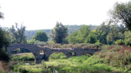 Каменният мост в Дебелец.