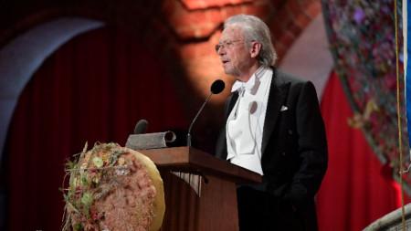 Петер Хандке говори на церемонията в Стокхолм, след като получи нобеловата награда за литература.