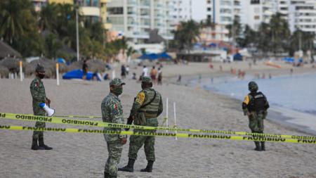 Военни охраняват плаж в Акапулко, Мексико.