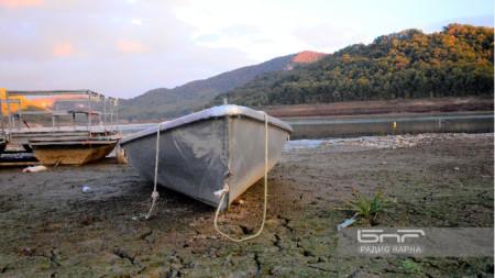 Самотни лодки се белеят на дъното на най-големия язовир в Източна България -
