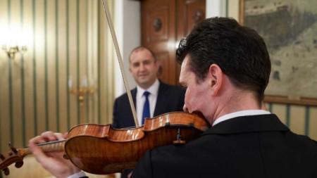 """Румен Радев прие днес на """"Дондуков"""" 2 световноизвестния цигулар Светлин Русев."""