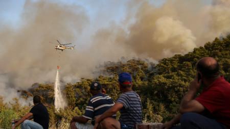 Хеликоптер участва в гасенето на горски пожар край Мармарис, Турция, 31 юли 2021 г.