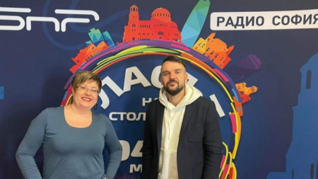Водещата Катя Василева (вляво) и Графа (вдясно)