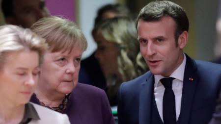Урсула фон дер Лайен, Ангела Меркел и Еманюел Макрон на преговорите в Брюксел