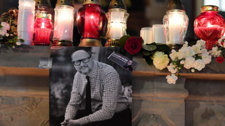 Свещи и снимка на кмета на Гданск Павел Адамович на мястото в центъра на града, където бе убит.