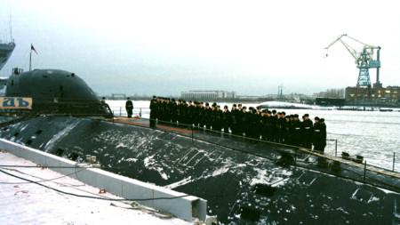 """Екипаж върху подводница клас """"Гепард"""" на пристан в Северодвинск през декември 2001 г."""