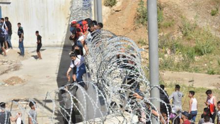 Мигранти се опитват да преминат в испанския анклав Сеута в Северна Африка.