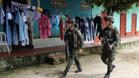 Колумбийски военни патрулират в селището Лас Мерседес, където левите бунтовници имат влияние.