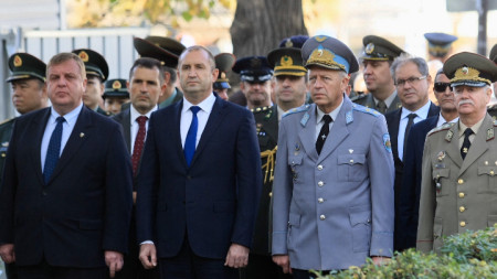 Държавният глава и върховен главнокомандващ Румен Радев прие почетния караул по случай Празника на авиацията и Българските военновъздушни сили.