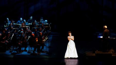 Холограма на Калас по време на концерт, включващ нейни записи и жив оркестър в Мексико Сити