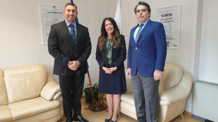 Херо Мустафа се срещна в НАП с директора на агенцията Румен Спецов (вляво) и служебния министър на финансите Асен Василев (вдясно).
