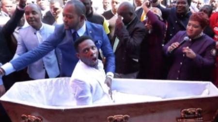"""Пастор Алф Лукау с """"възкресения"""" жител на Йоханесбург."""