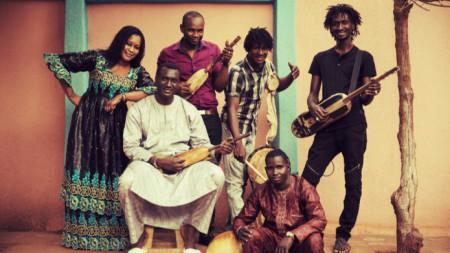 Басеку Куяте (седналият с белите дрехи) и съпругата му Ами Сако с групата Ngoni Ba