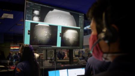 В НАСА разглеждат първите снимки, изпратени от марсохода