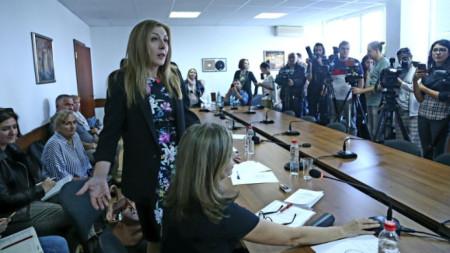 Председателят на СЕМ  София Владимирова обявява решението на Съвета за електронни медии да поиска оставката на генералния директор на БНР Светослав Костов