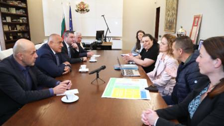 Бойко Борисов и министри на срещи с протестиращи срещу решението новата болница да бъде изградена на основата на стария строеж.
