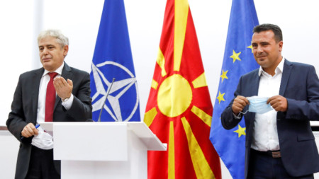 Лидерът на ДСИ Али Ахмети (вляво) и министър-председателят на Северна Македония Зоран Заев