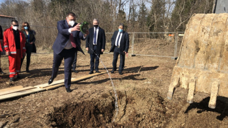 Министърът на здравеопазването Костадин Ангелов постави в Бяла началото на проект за модернизация на спешната помощ в страната.