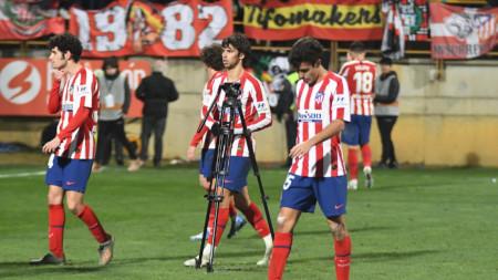 Футболистите на Атлетико напускат терена с наведени глави.