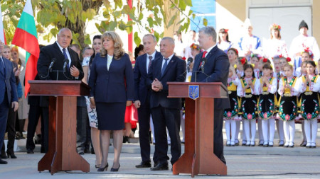 Премиерът Бойко Борисов, вицепрезидентът Илияна Йотова, членове на българската делегация и президентът на Украйна Петро Полошенко (вдясно) в Болградската гимназия.