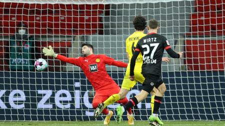 Флориан Вирц (№27) вкарва втория гол за Байер (Леверкузен).