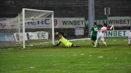 Петър Атанасов бележи за 2:0.