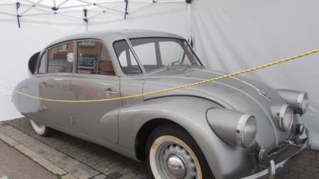 """""""Татра 87"""" на филмовия фестивал в град Злин, Чехия. С този автомобил Мирослав Зикмунд и Иржи Ханзелка обикалят, от 1947 до 1950 г., Африка и Южна Америка."""