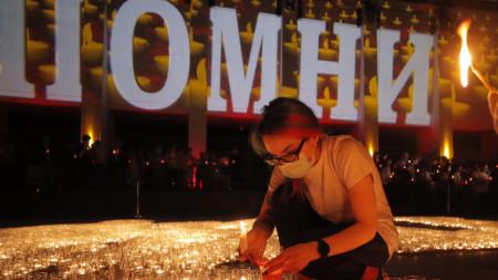 Младежи от патриотичен клуб палят свещи за 80-годишнината от германското нашествие в Съветския съюз – т.нар. операция