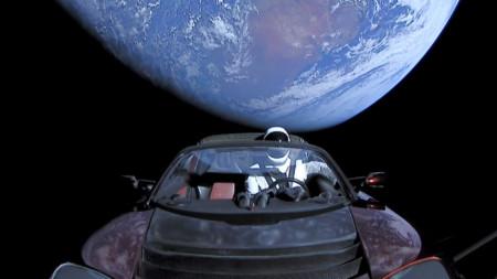 Електрически автомобил Tesla Roadster,, изстрелян през 2018 г. в космоса