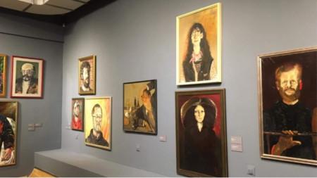 Изложбата е на двата етажа, в трите зали на галерията