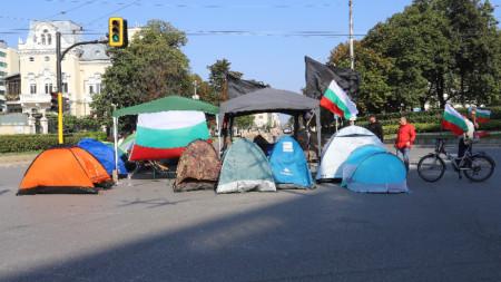 Протестиращите от нощта на събота срещу неделя са блокирали и възловото кръстовище на Ректората.