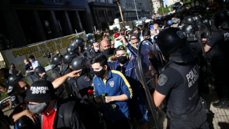 От ранни зори се изви опашка пред президентския дворец.