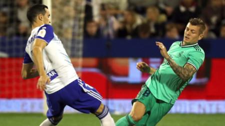 Тони Кроос от Реал (вдясно) се бори за топката с футболист на Сарагоса.