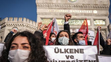 Протест в Истанбул срещу назначаването на Мелих Булу за ректор на Босфорския университет.