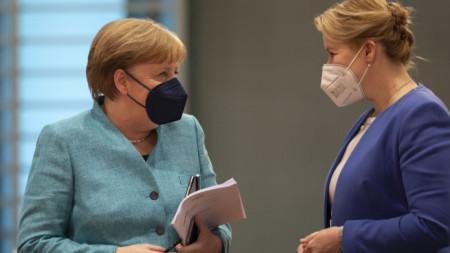 Ангела Меркел (вляво) и Франциска Гифи преди днешното заседание на германското правителство.