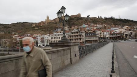 Мъж с маска в Стария град на грузинската столица Тбилиси.
