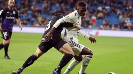 Винисиус (в бяло) вкара третия гол за Реал.