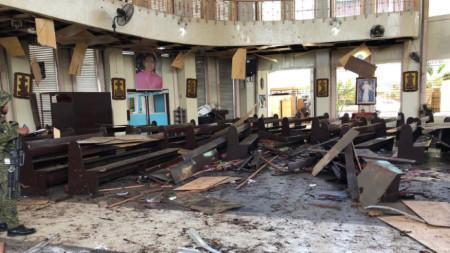 Последици от бомбения атентат в църквата на южния филипински остров Холо.