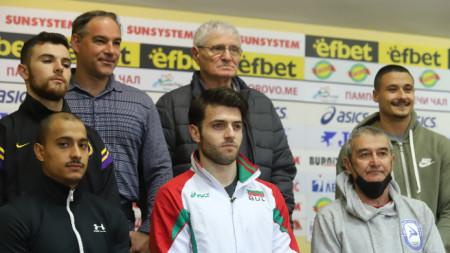 Красимир Дунев (със сивата риза) с отбора и треньорите.