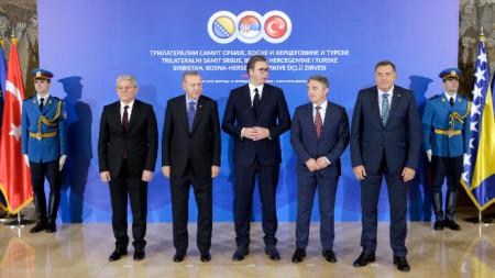 Президентът на Сърбия Александър Вучич (в средата), турският му колега Реджеп Ердоган (вдясно от него) и членовете на колективното председателство на Босна - Шефик Джаферович (вляво), Желко Комшич (вторият отдясно) и Милорад Додик (вдясно) на срещата им в Белград.