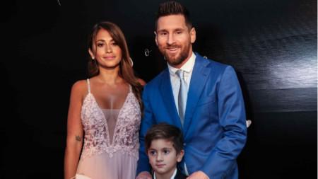 Лео Меси, съпругата му Антонела и техният син.