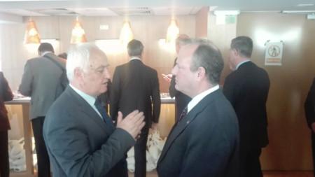 Зам.-министърът на отбраната Атанас Запрянов разговаря с посланика на САЩ Ерик Рубин.